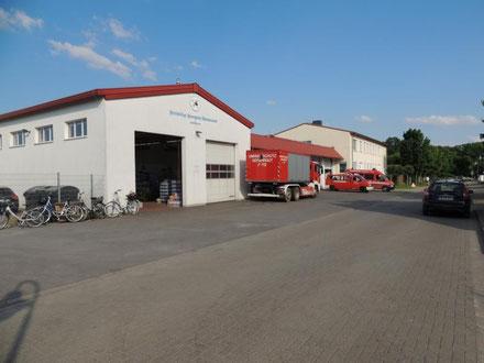 In dieser Halle, wo sonst die Einsatzfahrzeuge der Freiwilligen Feuerwehr Wolmirstedt stehen, befindet sich der zentrale Versorgungsstützpunkt