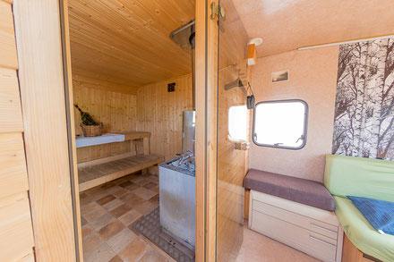 Sauna im Wohnwagen. am See. egal wo. sauna. saunawagen.mobile sauna.wearesaunah.wearesauna.wohnwagensauna.finnischsesauna.holzofen.holzofensauna.erholung.warm.aufwärmen.mieten.rentasauna.mietsauna.probeschwitzen