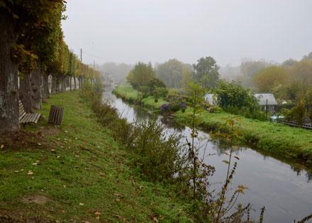 La digue (à droite) qui tient la rivière de la Nonette perchée, avec des enjeux en contrebas.