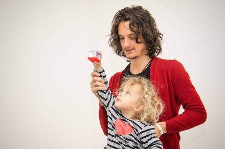 Kinder nehmen spielerisch die Informationen von NeuroScanBalance Feinmotorik-Trainer Daniel Lerch in ihr Nervensystem auf