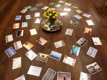 """""""Glücksimpulse"""" Karten liegen verteilt auf dem Boden im Seminarraum"""