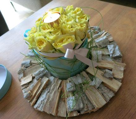 Gelbe Rosenbox mit goldenem Teelichthalter