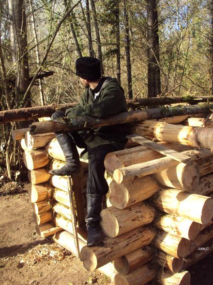Lors d'une aventure en 2011 de 30 jours en pleine nature, John C construira une isba de 5m² en solitaire avec seulement des outils anciens en 23 jours (PHOTO 2011 (c) Laurent R)