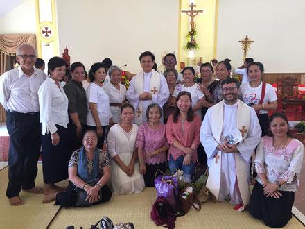 Avec quelques paroissiens à la fin de la messe de consécration de la nouvelle église de Chum Kiri (16/03/2019).