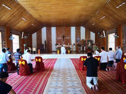 Temps d'adoration au cours de la récollection des prêtres.