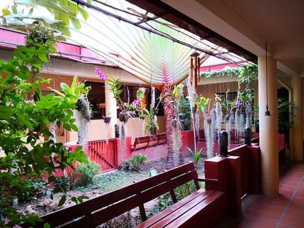 Le patio du presbytère de la paroisse de l'Enfant-Jésus, à Boeung Tompun, dans le sud de la ville de Phnom Penh.