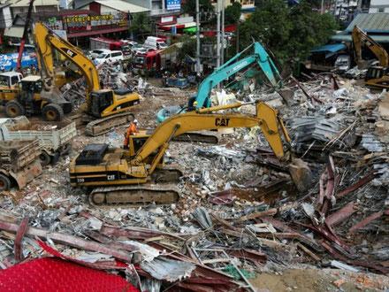 Des secouristes déblaient les décombres d'un immeuble en construction qui s'est effondré à Sihanoukville le 23 juin 2019 (AFP/ARCHIVES - SUN RETHY KUN)