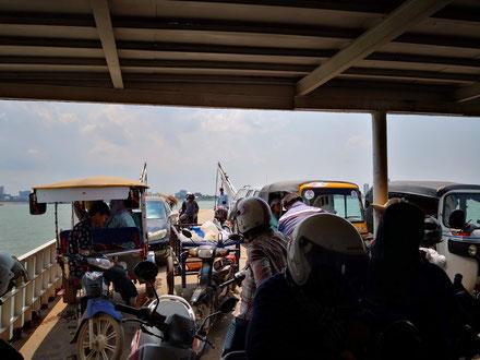 Sur le bac entre Phnom Penh et Areyksat.