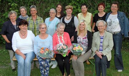 Die drei Erstplazierten mit Blumenstrauß: (von links) Anita Kuhnert, Marlies Anders, Kerstin Wischnewski