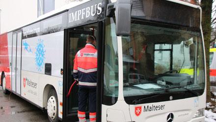 Beim Impfzentrum Memmingen wurde der Malteser Impfbus, der künftig in allen ländlichen Regionen zum Einsatz kommen kann erstmalig vorgestellt.