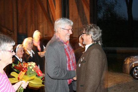 Vorstandsmitglied Paul Plöckl gratuliert dem Jubilär zu dessen 70. Geburtstag