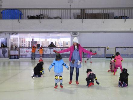 女の子達は、慎重にペンギン歩きの練習に励んでいました。