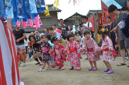 手をつないで踊る姿がかわいらしい、ばら組の子どもたち