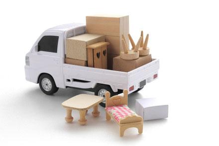 おもちゃの軽トラに載った家具