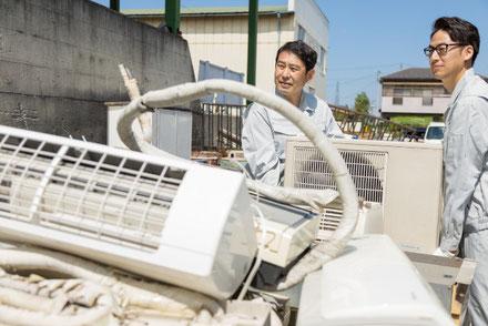 エアコンの廃品を回収している業者