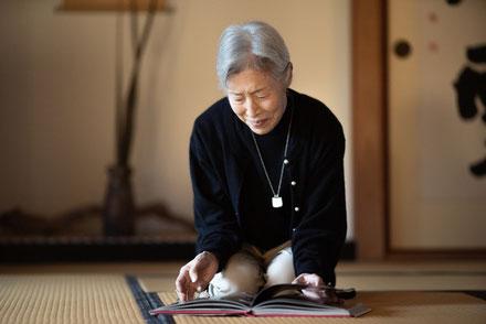 和室で本を読む年配の女性