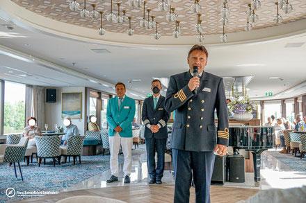 Kapitän, Hotel Manager & Kreuzfahrtleiter begrüßen die Gäste