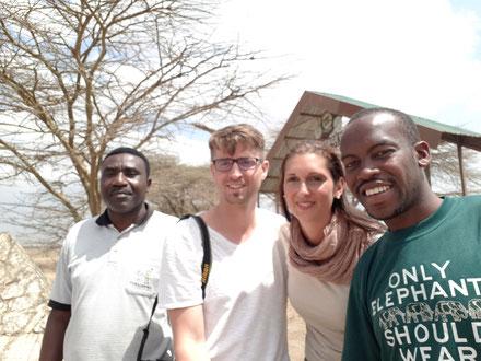 Roxana und Martin mit Safarikoch Abel (links) und Ihrem Fahrer und Safariguide Baraka