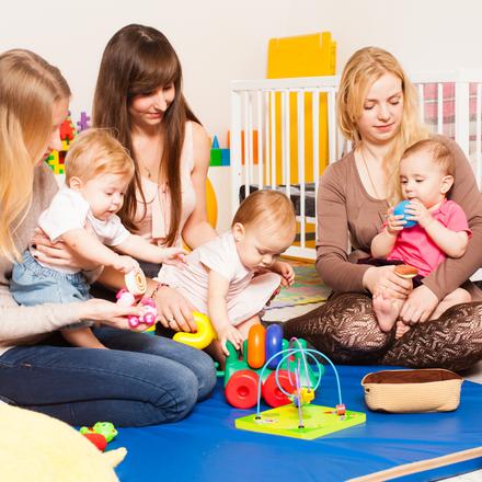 Gruppe von Mamas mit Babies in einem PeKiP Kurs oder Babykurs