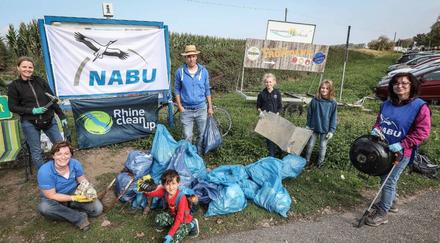 Große und kleine Aktive zeigen gesammelten Müll