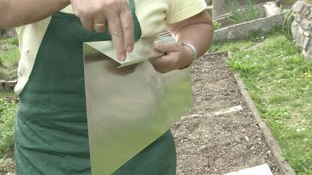 Das mehrfach gebogene Blech bildet für Schnecken eine nicht überwindbare Hürde.