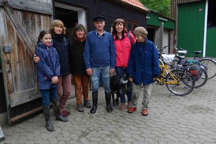 Die Wattcrew: Regina Sommer, Claudia Reuter, Erhard Djuren, Silvia Tetzke und Andrea Schultz-Wild mit Tochter sowie Donna, Schlittenhund in Rente
