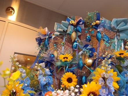 リボンや造花をたくさん飾りました