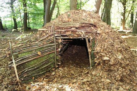 Eine Laubhütte kann Wärme spenden, sagt Survival-Experte Uwe Belz. – Quelle: http://www.ksta.de/24680394 ©2017