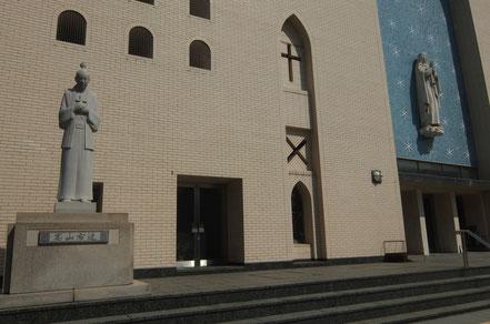 聖マリア大聖堂に立つ高山右近像