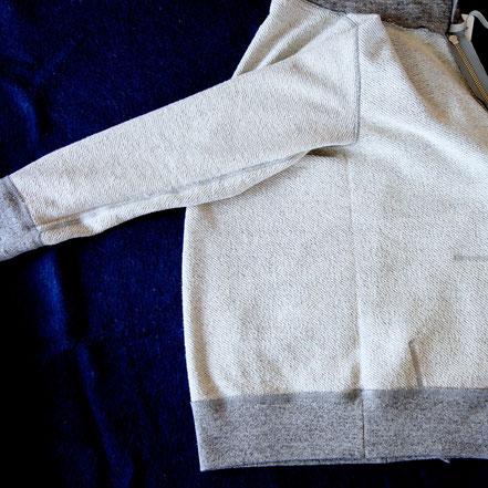 裏返して縫製を確認すると、脇下に縫い目が無いことがわかる。