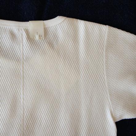 脇下の代わりに、背中に縫い代が入る。