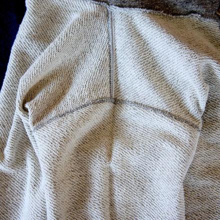 縫い代のやまを極端に少なくすることで、ストレスの無い着心地に。