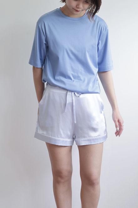 蒸し暑い日はTシャツとシルクのショーツで爽やかに。