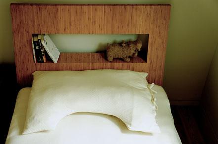 チェストを必要としないことで、ベッド周りもスッキリ。