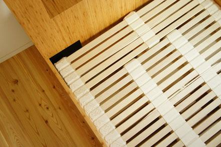 コラボベッドフレームには眠家の『木のマットレス』がきれいに納まる仕様。