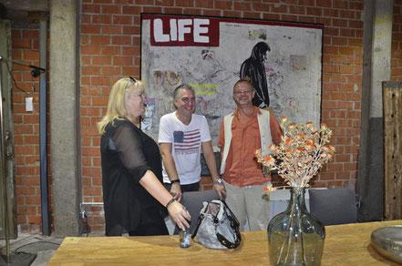 """Claudia Klemmer, Michael Klemmer, Divo Santino vor dem Werk """"Life...Way"""" bei der Vernissage in der Galleria Lebensart in Koblenz"""