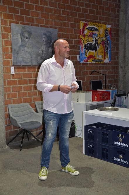 Michael Heinemanns bei der Moderation zur Divo Santino Vernissage in Koblenz