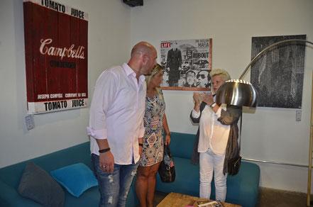 """Michael Heinemanns, Kathrin Riehl und Marion Westfeld vor dem Werk """"NYC Snow"""" bei der Vernissage in der Galleria Lebensart in Kobenz"""