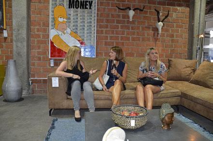 """Nicole Görres, Simone Mühlbach, Kathrin Riehl vor dem Werk """"Give me your Money"""" bei der Vernissage in der Galleria Lebensart in Koblenz"""