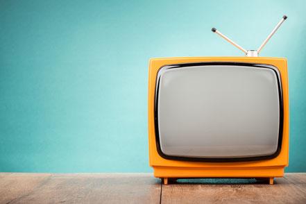 Gelber Fernseher auf Tisch, fotolia