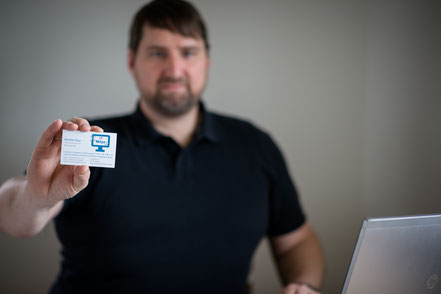 Manfred Mayr, Informationstechnik Mayr, zeigt seine Visitenkarte.