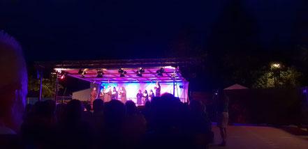 Menschen auf der Bühne