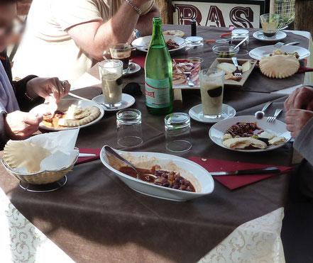 sardische Speisen auf einem Tisch