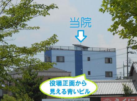 精華町役場の正面入口から見える4階建ビルの1階が当院です