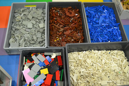 lego pieces detachees , piece detachee , marron, oldgrey, blue,red,black, light bluish grey , white...