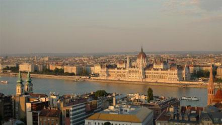 Parlament von Budapest im Abendlicht von Fischerbastei aus