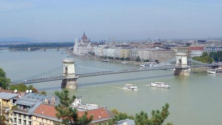 Blick von der Burgmauer der Budapester Burg auf die Kettenbrücke