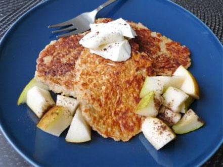 Pancakes ohne Zucker angerichtet mit Birne und Frischkäse