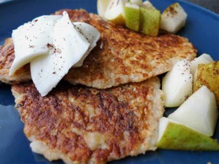 Pancakes zuckerfrei und ohne Ei mit Birne und Frischkäse als Beilage