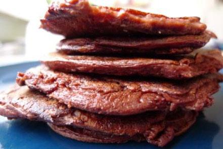Schoko-Quarkpancakes als kleinen Turm aufgeschichtet